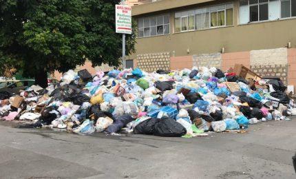 Palermo sepolta dai rifiuti e i palermitani, in questi giorni, dovrebbero pagare la TARI. Per fortuna rinviata/ SERALE