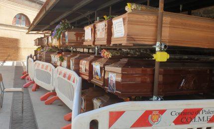 Le bare abbandonate al cimitero dei Rotoli: a Palermo morti senza voce. Silenzio anche sul 5 G
