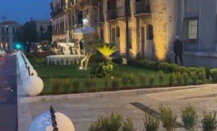 Palermo: le palle bianche di Piazza Indipendenza come le bare in attesa, il Tram e l'albero di Natale comu veni veni...