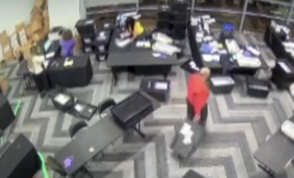 Brogli elettorali in Georgia: due video mostrano gli scrutatori che fanno sparire casse di schede