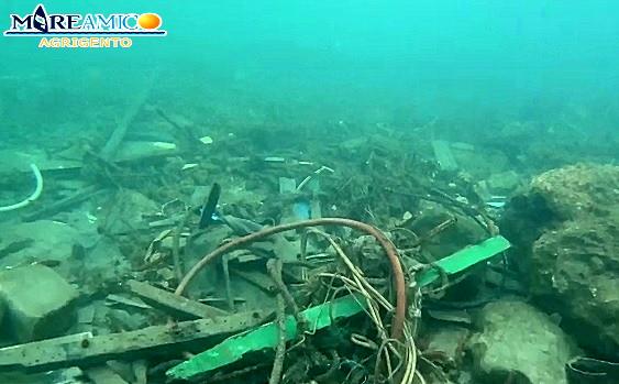 Disastro ambientale a Lampedusa: il porto pieno di resti delle barche dei migranti (VIDEO)