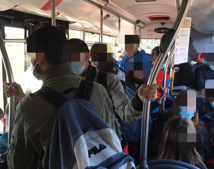 'Scandalo' per gli assembramenti all'ora dell'aperitivo. E sui mezzi di trasporto pubblico? A Palermo, ad esempio…
