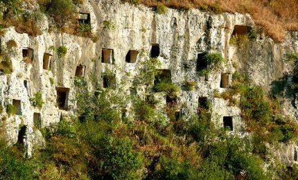 Tra le grotte e i sentieri di capre di Pantalica accompagnati dalle parole di Vincenzo Consolo