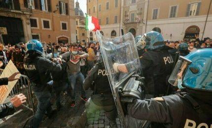 Roma, scontri davanti la Camera: la disperazione dei ristoratori con locali chiusi e ristori ridicoli