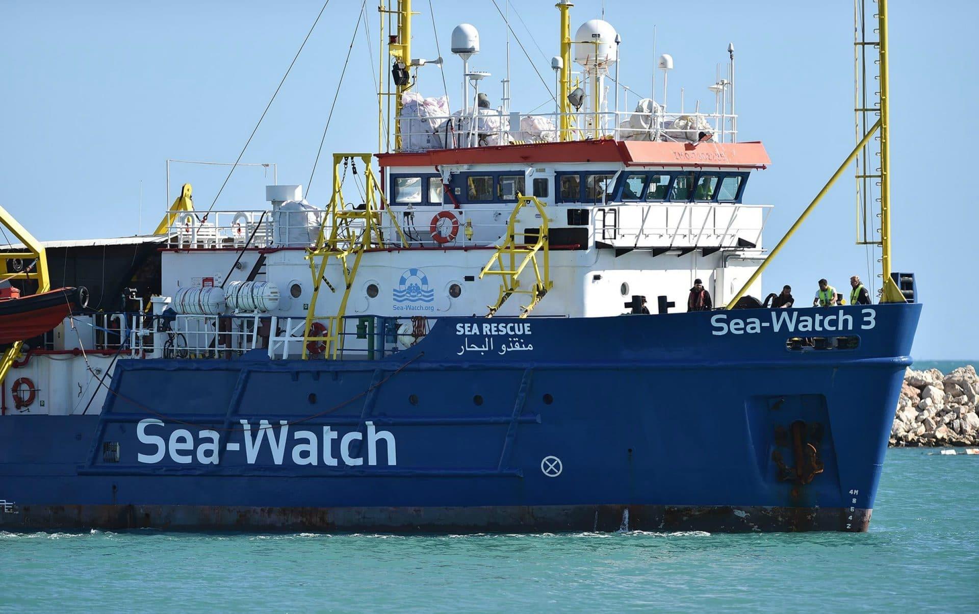 La nave Ong Sea Wach con 450 migranti andrà a Trapani. E' normale in piena pandemia? E dove li sistemeranno?