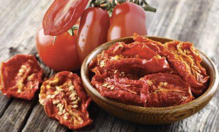 I pomodori secchi? Prepariamoli in casa, utilizzando il pomodoro biologico. Ecco come