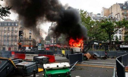 La rivolta nelle città francesi contro il green pass e le altre restrizioni volute da Macron (VIDEO)