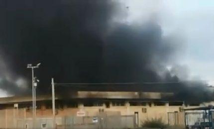 Pozzallo, centro di accoglienza in fiamme, migranti in fuga. Il sindaco: ci sono migranti tunisini che arrivano per delinquere