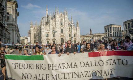Mezza Italia in piazza contro il green pass. Draghi? Governa come un direttore di banca e andrà a sbattere/ MATTINALE 535
