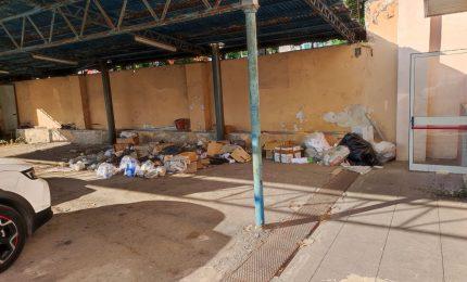 Palermo, rifiuti abbandonati dentro l'ex Fiera del Mediterraneo, spazio adibito ad hub vaccinale