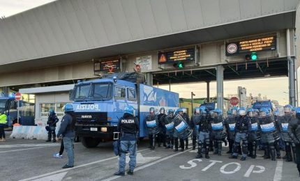 Le forze dell'ordine in tenuta antisommossa e con gli idranti contro i lavoratori portuali di Trieste